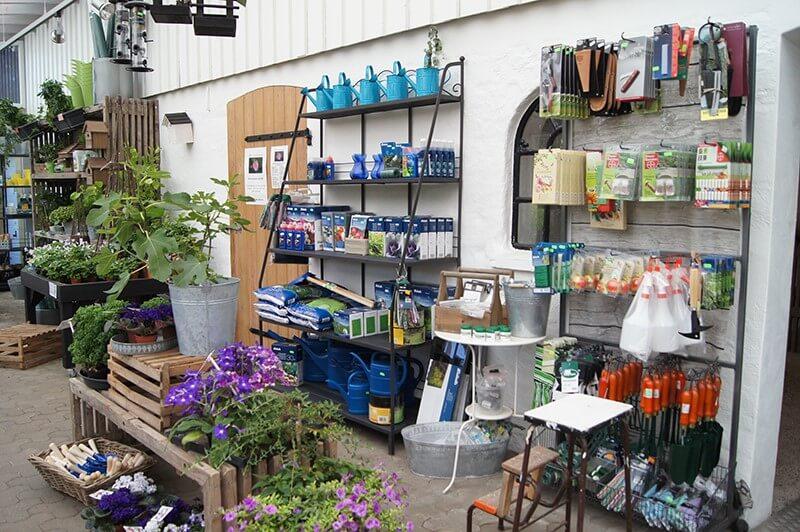 En række haveredskaber stillet op i et havecenter nær Sønderborg